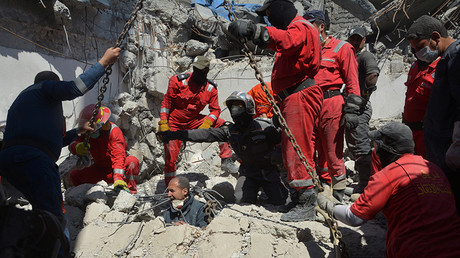 Firefighters look for bodies of civilians after an air strike in Mosul, Iraq March 27, 2017 © Stringer