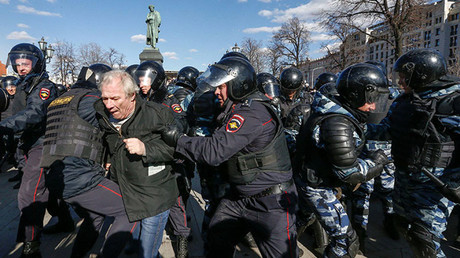 Law enforcement officers detain an opposition supporter during a rally in Moscow, Russia, March 26, 2017. © Sergei Karpukhin
