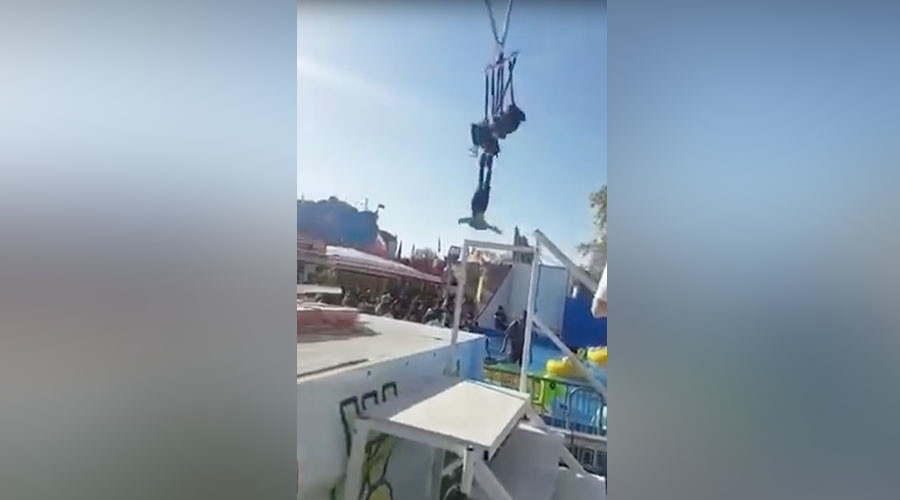 Inches from disaster: Thrillseeker cheats death, dangles by ankles on fairground ride (VIDEO)