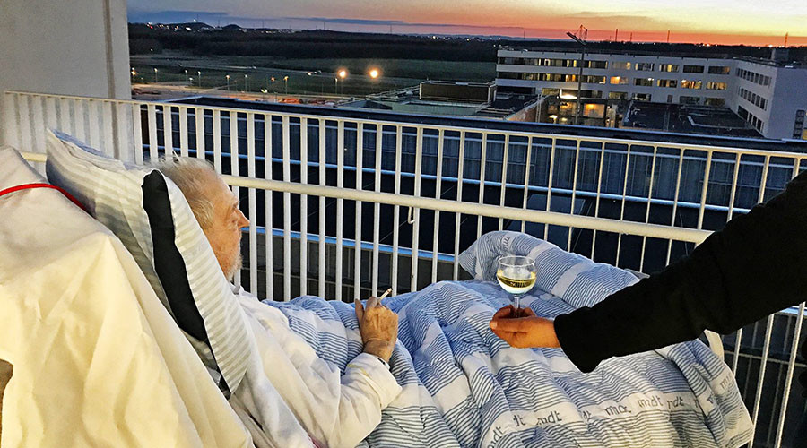 'A beautiful end': Hospital grants dying patient's wish to drink wine with family (PHOTO)