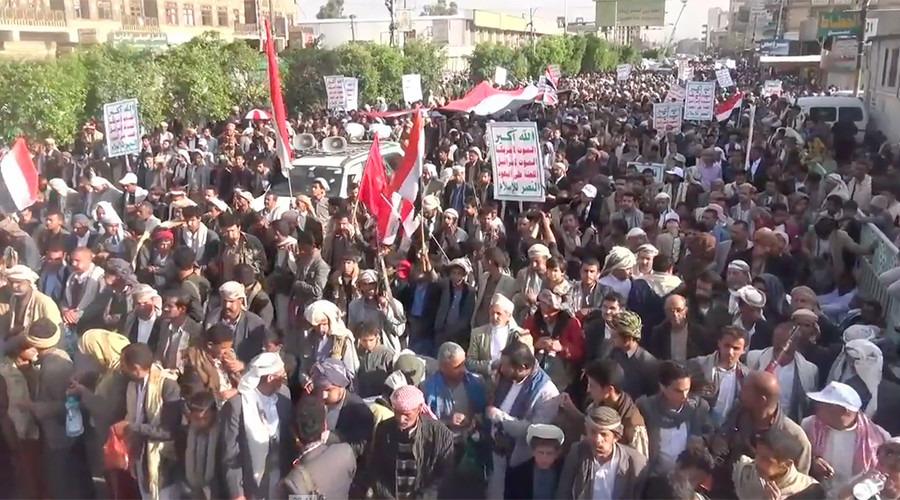 Yemenis protest Saudi bombing & 'traitors supporting war of aggression' (VIDEO)