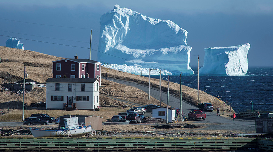 Enormous iceberg crawls right up to Canadian coast (PHOTOS, VIDEO)