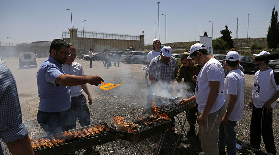 Right-wing Israelis stage BBQ outside prison to taunt Palestinian hunger strikers