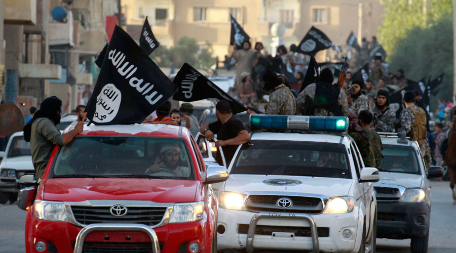 Regime change buddies: 'Western forces stop targeting ISIS fighters once they cross into Syria'