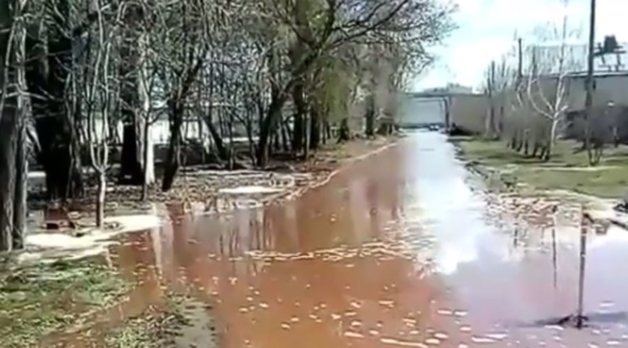 Pepsi storage collapse spills 2 tons of juice in Russian town, leaves workers stranded (VIDEOS)
