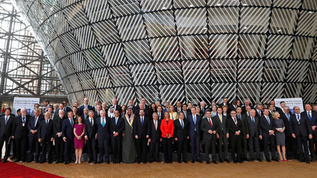 Foreign Ministers and officials pose for a group photo as they take part in an international conference on the future of Syria and the region, in Brussels, Belgium, April 5, 2017. © Yves Herman