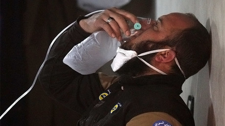 A civil defence member breathes through an oxygen mask, after a suspected gas attack in the town of Khan Sheikhoun, Syria April 4, 2017. © Ammar Abdullah