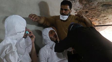 A man breathes through an oxygen mask in Idlib, Syria April 4, 2017 © Ammar Abdullah