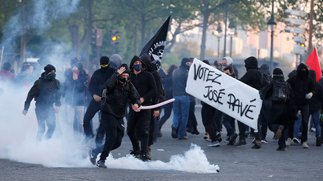 Demonstrators clash with French riot police in Paris, France April 23, 2017 © Jean-Paul Pellisier