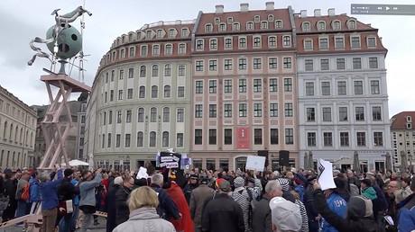 Pegida activists stage protest over €60K 'trash art' monument in Dresden (VIDEO)
