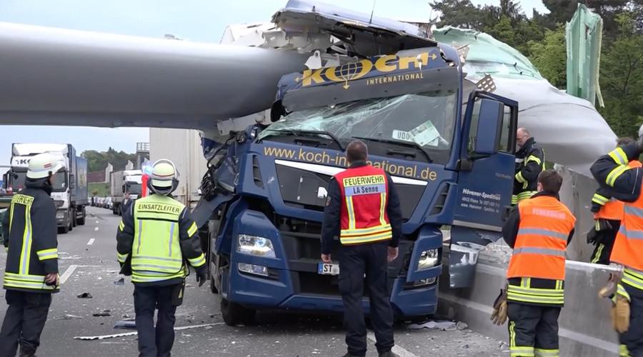 Huge wind turbine crushes truck on German autobahn (PHOTOS, VIDEO)