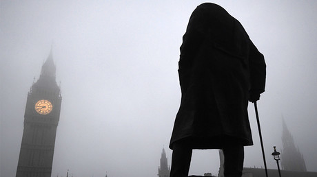 Fog surrounds a statue of Winston Churchill, London © Toby Melville