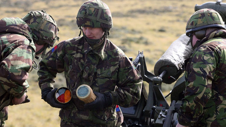 British soldiers man a howitzer during military exercises at Mount Pleasant British base, Falklands 22 March 2007 © Daniel Garcia