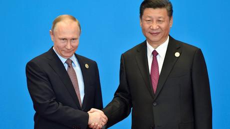 Russian President Vladimir Putin (L) and Chinese President Xi Jinping © Kenzaburo Fukuhara