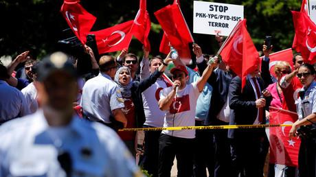 A group of pro-Erdogan demonstrators shout slogans at a group of anti-Erdogan Kurds, Washington, May 16, 2017. © Jonathan Ernst