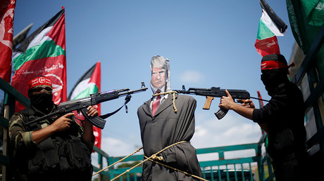 Palestinian protesters hold Trump effigy at gunpoint to decry visit (VIDEO)