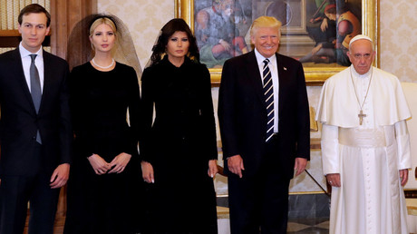 Pope Francis poses with U.S. President Donald Trump his wife Melania, Jared Kushner and Ivanka Trump during a private audience at the Vatican, May 24, 2017. © Alessandra Tarantino