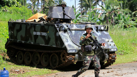 A government troop gestures to people evacuating Marawi city, southern Philippines May 24, 2017. © Romeo Ranoco
