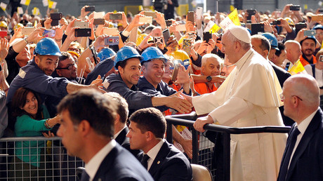 Pope Francis shakes hands with ILVA steel plant workers as he leaves the plant during his pastoral visit in Genoa, Italy, May 27, 2017. © Giorgio Perottino