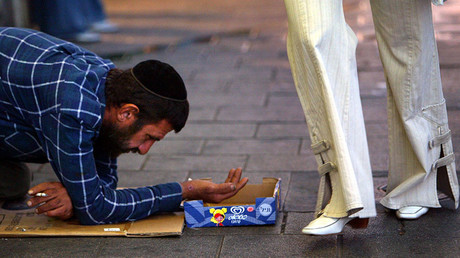 Israeli man begs for charity in downtown Tel Aviv ©Uriel Sinai / Getty Images