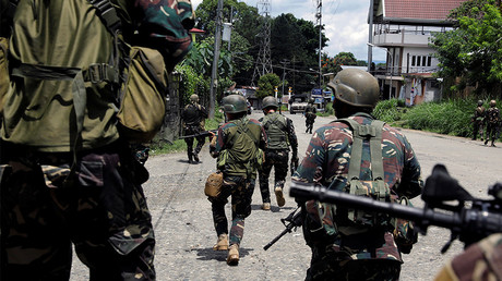 Government soldiers advance their position in Marawi City, Philippines May 28, 2017. © Erik De Castro