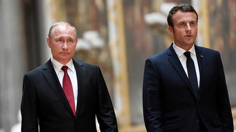 French President Emmanuel Macron (R) and Russian President Vladimir Putin (L) © Stephane De Sakutin