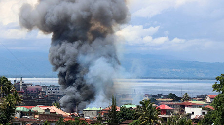 Thick smoke billows from a residential area after an airstrike in Lanao Del Sur Province, the Philippines, May 27, 2017. © Global Look Press