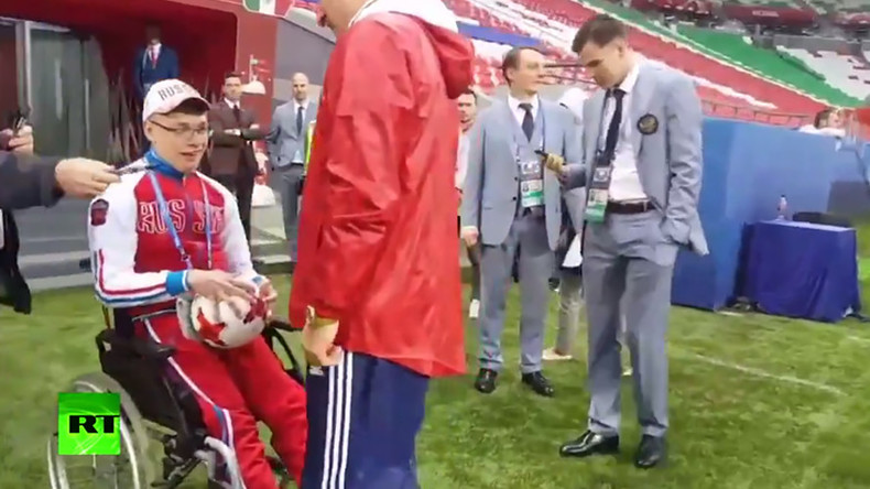 Disabled fan invited to Russia's training before crucial Confed Cup match (VIDEO)
