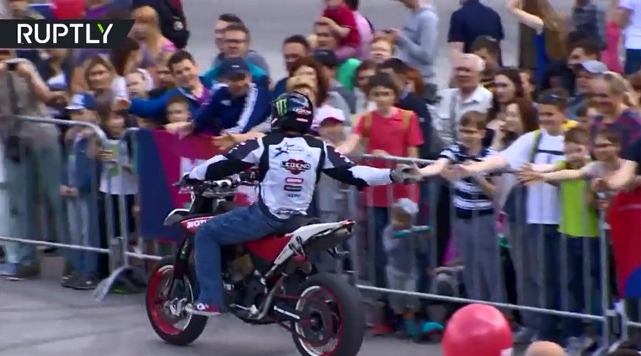 Extreme motorcyclists show 'Big Workout' at Russia Day celebration