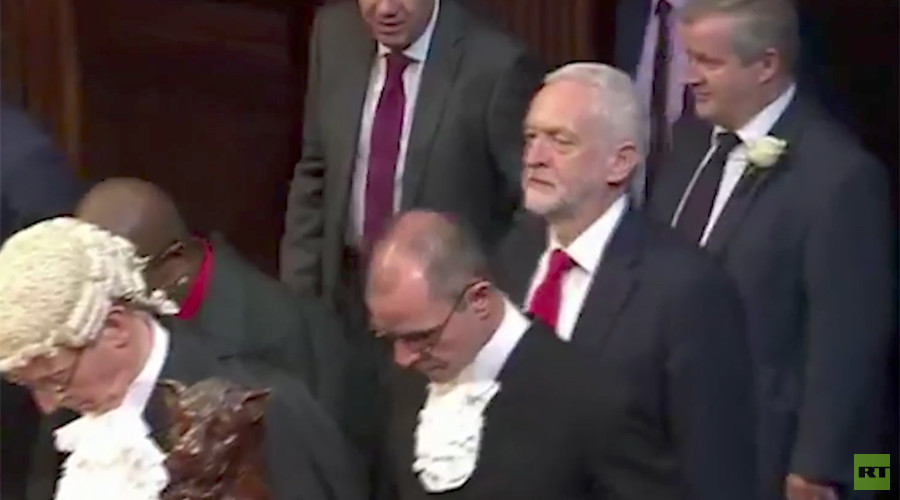 Jeremy Corbyn didn't bow to the Queen at state opening of Parliament (VIDEO)