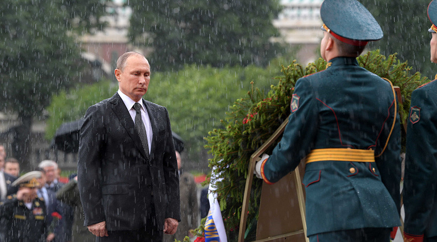 Putin ignores pouring rain to lay wreath on Day of Memory and Sorrow (VIDEO)