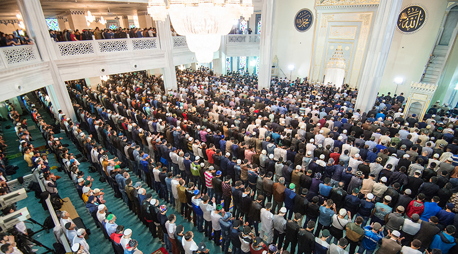 250,000 Muslims flock to Moscow's cathedral mosque for Eid prayer (PHOTOS)