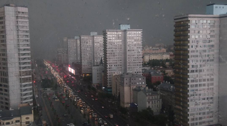 Runaway portaloo: Public toilet goes flying as summer storms hit Moscow (VIDEO)
