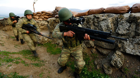 Turkish soldiers participate in an exercise © Murad Sezer