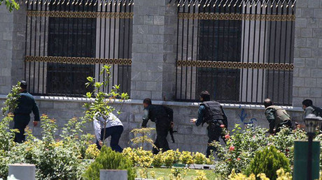Members of Iranian forces run during an attack on the Iranian parliament in central Tehran, Iran, June 7, 2017 © Omid Vahabzadeh