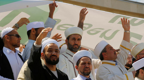 Austria's Imams lift a banner in Vienna, Austria June 14, 2017. © Heinz-Peter Bader