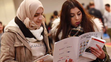 Two women visit the second job fair for migrants and refugees in Berlin © Fabrizio Bensch