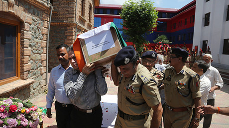 Indian police officers carry the coffin of their colleague at a police HQ in Srinagar, the summer capital of Indian-controlled Kashmir, June 23, 2017 ©  Javed Dar / Global Look Press
