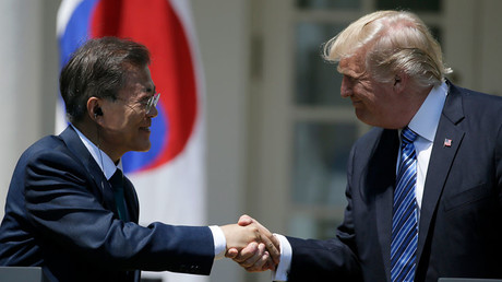 US President Donald Trump (R) and South Korean President Moon Jae-in © Jim Bourg