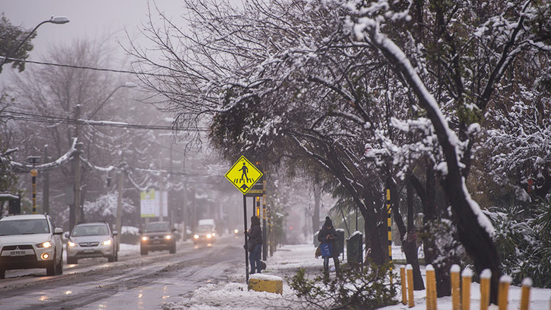 Rare snowstorm batters Chilean capital, leaves one dead & 337k homes without power (PHOTOS)