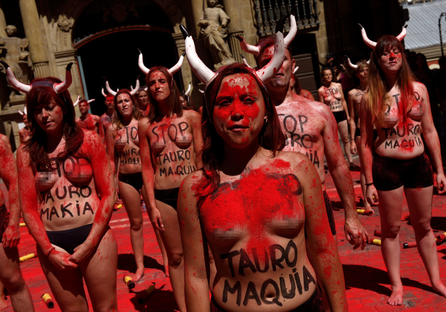Topless protesters demand end to Pamplona bull-running festival (VIDEO)