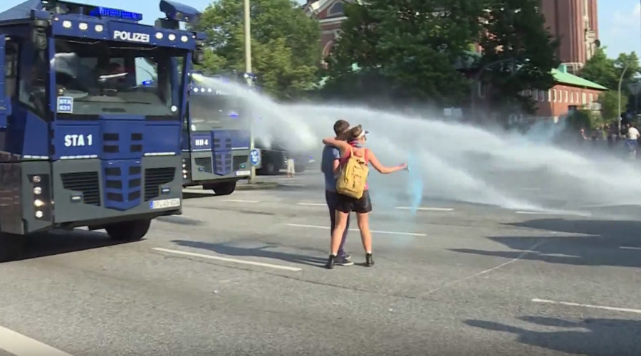 Kissing G20 protesters blasted by water cannon during Hamburg clashes (VIDEO)