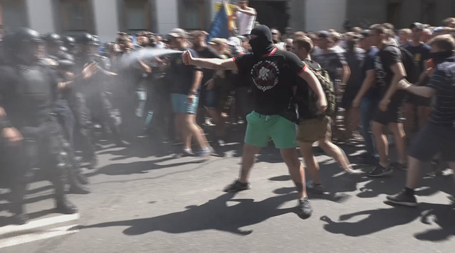 Up to 1,000 Ukrainian nationalists clash with police, block parliament (VIDEO)