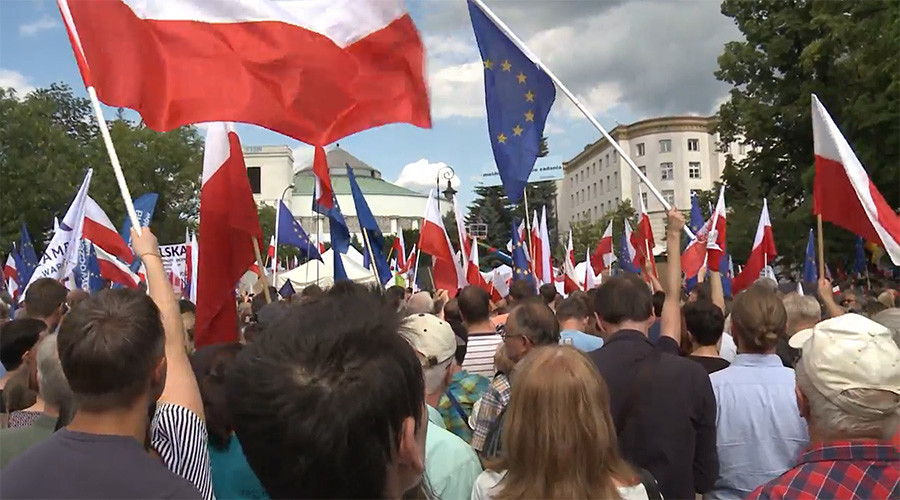 1000s in Warsaw protest reforms giving Polish MPs sway over judiciary (VIDEO)