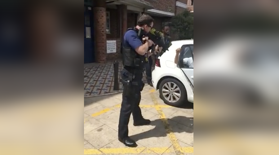 Excessive force? London police point assault rifles at men in traffic stop (VIDEO)