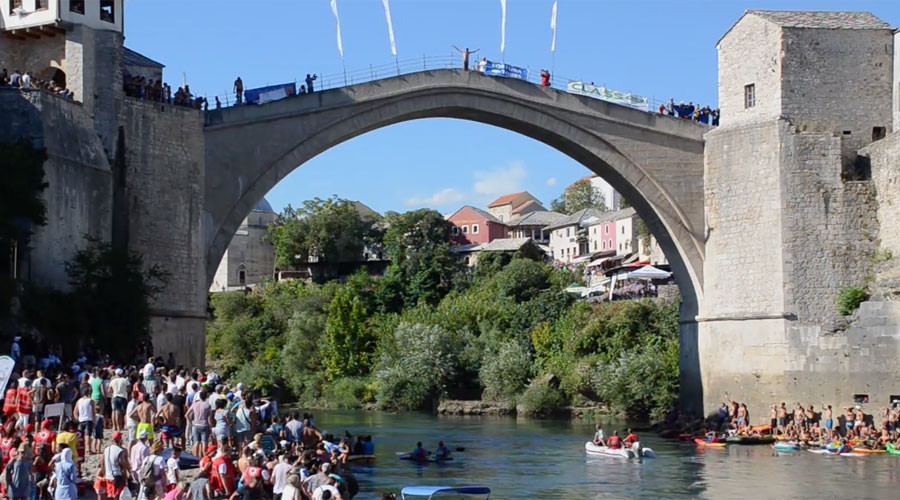 Daredevil divers take astounding plunge from iconic Mostar bridge (VIDEOS, PHOTOS)