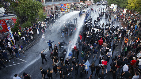 Clashes between anti-G20 protesters and police in Hamburg