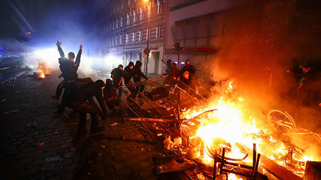 Barricades burn as protesters clash with riot police during the protests at the G20 summit in Hamburg, Germany, July 7, 2017 © Pawel Kopczynski