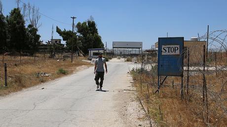 A Free Syrian Army fighter walks near by the U.N. Disengagement Observer Force (UNDOF) checkpoint in Quneitra, Syria July 8, 2017 © Alaa al-Faqir