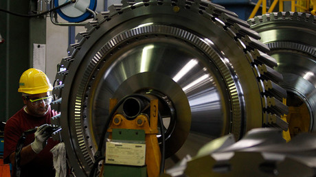 An employee of Siemens AG works on the a gas turbine in Berlin © Tobias Schwarz